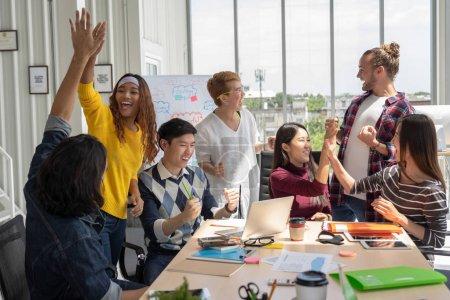 Photo pour Groupe de personnes d'affaires asiatiques et multiethniques avec costume décontracté travaillant avec une action heureuse et célébrer quand le projet est terminé dans le lieu de travail moderne, concept de groupe d'affaires de personnes - image libre de droit