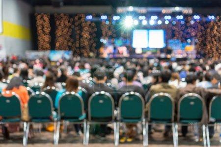 Photo pour Photo floue abstraite de la salle de conférence ou de séminaire dans le centre d'exposition avec des conférenciers sur la scène et les participants arrière-plan, séminaire et concept d'étude - image libre de droit