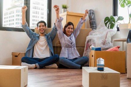 Photo pour Asiatique jeune couple emballage les grandes boîtes en carton pour déménager dans une nouvelle maison, Déménagement et House Hunting concept , - image libre de droit