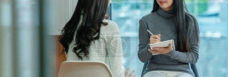 Photo pour Bannière du docteur professionnel asiatique de psychologue donnant la consultation aux patients féminins dans le salon moderne de la maison ou de la salle d'examen d'hôpital, concept de santé mentale - image libre de droit