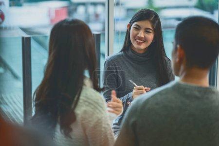 Photo pour Médecin professionnel asiatique de psychologue de femme donnant la consultation aux patients d'amoureux qui ont le problème de relation dans le salon moderne de la maison ou de la salle d'examen d'hôpital, concept de santé mentale - image libre de droit