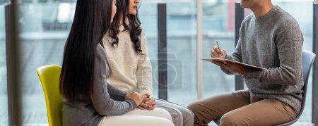 Photo pour Bannière de médecin psychologue professionnel masculin asiatique donnant la consult aux patients de lesbiennes amateurs qui ont des problème de relation dans la moderne salle de séjour de la maison, la santé mentale Concept - image libre de droit