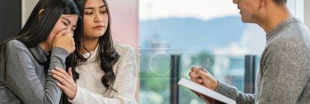 Photo pour Bannière du médecin professionnel asiatique de psychologue donnant la consultation aux patients d'amoureux lesbiens qui ont le problème de relation dans le salon moderne de la maison ou de la salle d'examen d'hôpital, concept de santé mentale - image libre de droit