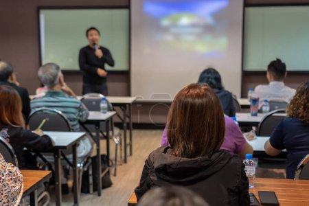 Foto de Parte posterior de la audiencia escucha la bocina asiático con traje casual en el escenario frente a la sala en el concepto de pasillo, negocios y Educación Conferencia - Imagen libre de derechos