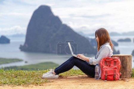 Photo pour Femme asiatique pigiste travaillant avec la technologie ordinateur portable avec l'action de bonheur à Paysage fantastique de samed nang chee point de vue, travail indépendant et Voyage partout concept - image libre de droit