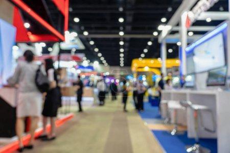 abstraktes verschwommenes Foto der Finanzausstellung im Hintergrund der Konferenzhalle, Geschäftsverkehr und Börsenkonzept