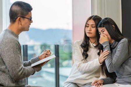 Photo pour Médecin professionnel asiatique de psychologue donnant la consultation aux patients d'amoureux lesbiens qui ont le problème de relation dans le salon moderne de la maison ou de la salle d'examen d'hôpital, concept de santé mentale - image libre de droit
