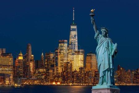 Photo pour La Statue de la Liberté au-dessus du Lower Manhattan qui est une partie de New York côté de la rivière paysage urbain qui peut voir Un centre du commerce mondial au crépuscule, Architecture et bâtiment avec concept touristique, États-Unis - image libre de droit