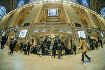 Photo pour New York, Usa - mars 2019 : Vue à vol d'oiseau d'un passager et d'un touriste indéfini en visite à la gare Grand Central Station le 29 mars 2019. Midtown Manhattan, New York. États-Unis - image libre de droit