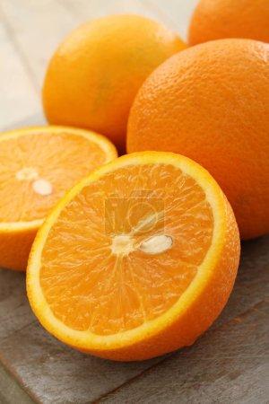 Photo pour Préparation des oranges fraîches sur la table - image libre de droit