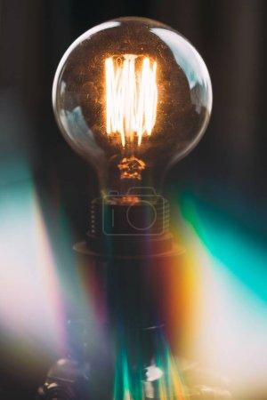 Photo pour Un plan rapproché d'une ampoule lumineuse à haute tension dans le studio - image libre de droit