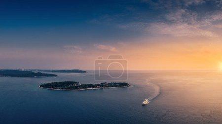 Photo pour Belle nature vierge croate, une destination merveilleuse pour se reposer avec des monuments anciens, riche faune et flore, avec bateau de mer - image libre de droit