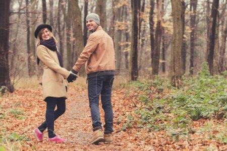 Photo pour Couple mignon dans le parc rempli de couleurs d'automne . - image libre de droit