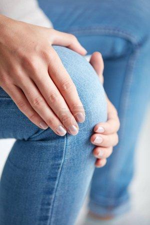 Körperverletzungen an Bein / Knie / Gelenk - Frau mit schmerzhaftem Körperteil.