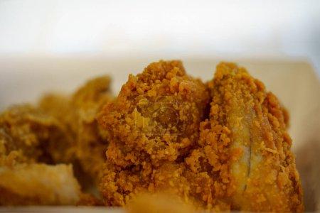 Photo pour Gros plan de délicieux poulet frit et fond de mise au point douce - image libre de droit