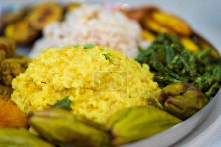 Photo pour Plan rapproché d'un thali de nourriture festive plein de plats bengali traditionnels khichdi, pulao, curry, payesh - divers autres plats faits maison. Coup de fond pour la nourriture de puja thali.i. - image libre de droit