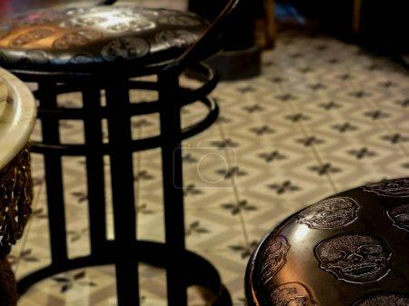 Photo pour Tabouret avec des crânes noirs dans le bar de Madrid - image libre de droit