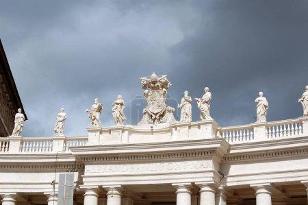 Arquitectónicamente diversas calles de Roma con hermosas fachadas y arcos .