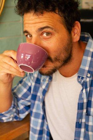 Photo pour Portrait d'un jeune homme de boire du café - image libre de droit