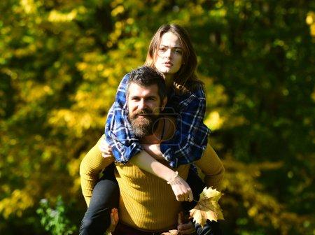 Photo pour Couple heureux s'amuser en plein air dans le parc dans les rayons de soleil. Rire ensemble Joyeux jeu familial. Concept de liberté et d'amour. Jeu de Piggyback ride - image libre de droit