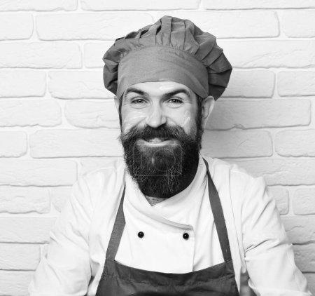 Photo pour Chef avec un large sourire. Concept des professions. Homme au visage heureux en fond de mur de briques blanches, gros plan . - image libre de droit