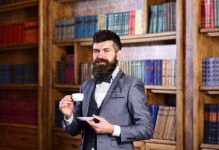 Photo pour Concept de café et de succès. Barbu de homme dans le costume coûteux boissons café. - image libre de droit