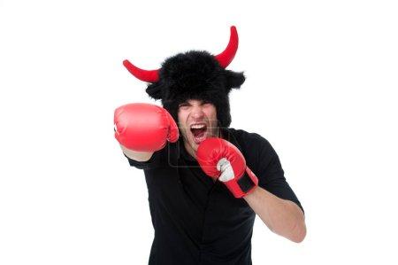 Photo pour Agression et masculinité. Les cornes d'homme comme le diable ou le taureau agressif menacent la violence va vous frapper. Des individus agressifs et intimidants aiment vous contrarier délibérément. Je vais te frapper. . - image libre de droit