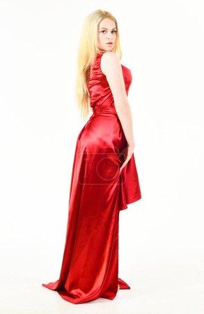 Photo pour Concept de luxe de tenue. Dame porte une robe à la mode pour visiter l'événement. Location de robe de service, industrie de la mode. Femme qui pose en robe de luxe. Femme porte fond de soirée élégante robe rouge, blanc. - image libre de droit