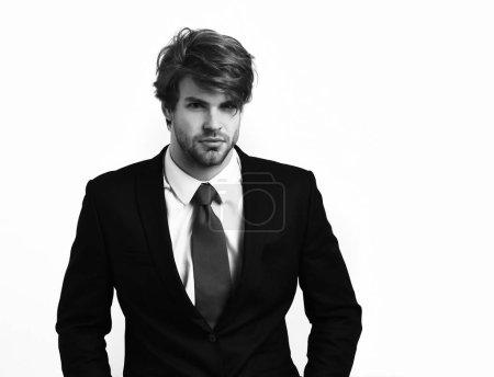 Photo pour Barbu, barbe courte. Homme d'affaires d'élégante caucasien avec moustache en élégant costume noir et cravate rouge qui pose en studio isolé sur fond blanc - image libre de droit