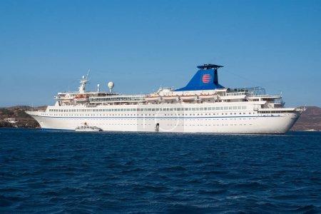 Photo pour Patmos, Grèce - 19 avril 2010 : paquebot ou paquebot de croisière en mer bleue. Navire à passagers sur ciel ensoleillé. Vacances d'été et voyages. Croisière pour un voyage d'agrément. Vacances de luxe. Voyager et errer . - image libre de droit