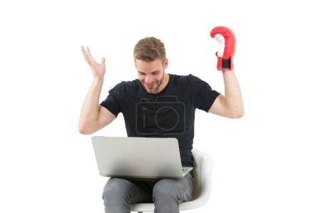 Photo pour Je crois en toi. Fan de sport homme avec ordinateur portable visage heureux regarder combat de boxe. Mec beau mal rasé en chemise noire aime la boxe isolé blanc. Je parie que le boxer. Les paris sportifs en ligne. - image libre de droit