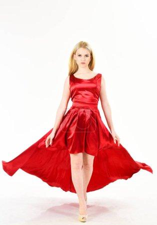 Photo pour Location de robe de service, industrie de la mode. Femme porte fond de soirée élégante robe rouge, blanc. - image libre de droit