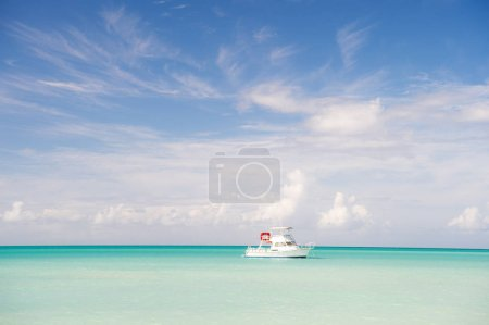 Photo pour Yacht en mer de St johns, Antigua. Yacht sur un paysage marin idyllique. Vacances d'été sur l'île tropicale. Voyager par la mer sur le yacht. L'aventure est là-bas. Découverte. Voyage en bateau par l'océan . - image libre de droit