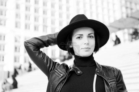 Photo pour Femme sensuelle aux cheveux bruns, coiffure. Femme en chapeau noir pose dans les escaliers à Paris, France, mode. Beauté look maquillage. Mode, style accessoire. Soin visage jeunesse . - image libre de droit