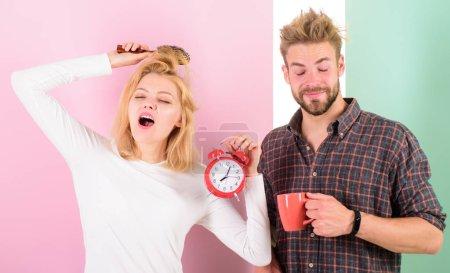 Photo pour Réveil matinal du réveil. Créer un régime de repos sain pour dormir suffisamment. Regretter le régime tardif. On devrait aller se coucher plus tôt. Femme et homme somnolent cheveux ébouriffés boire matin café . - image libre de droit