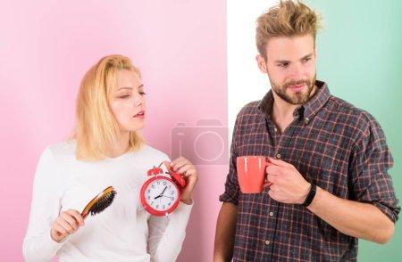 Photo pour Réveil trop tôt. Couple dormir trop longtemps tenir réveil radio-réveil. Couple ne dormir pas assez de temps. Famille boire visages somnolent café matinal. Réveil matin de haine. Habitude nuisible de dormir trop longtemps. - image libre de droit