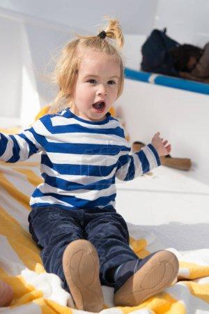 Photo pour Concept de l'enfance. Jeu d'enfant sur l'enfance en plein air, ensoleillé. La petite enfance. Souvenirs d'une enfance heureuse, commencez ici. - image libre de droit