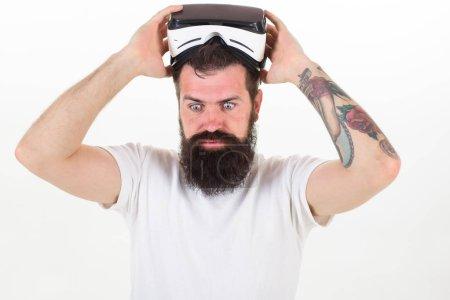 Photo pour Homme barbu hipster avec casque de réalité virtuelle sur fond blanc isolé. Sentiments sensationnels d'utilisation casque Vr. Comment les travaux de lunettes de réalité virtuelle. Quels sont les avantages du casque de réalité virtuelle. - image libre de droit