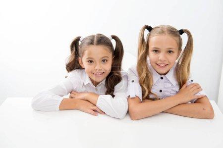 Photo pour Cyberapprentissage. heureuse enfance od mignonnes petites filles. e d'apprentissage pour les petites filles isolées sur blanc - image libre de droit