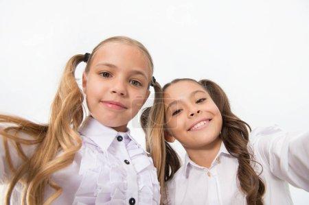 Photo pour Heureux petits enfants souriants. Les enfants grandissent si vite. Journée internationale de l'enfance . - image libre de droit