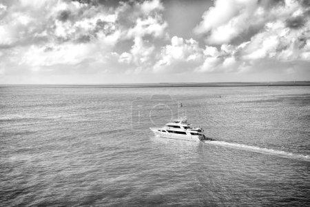 Photo pour Voyage découverte aventure. Yacht naviguer en mer turquoise sur ciel nuageux. Transport maritime, bateau, bateau, transport. Les vacances se promènent en voyage. Concept de style de vie de luxe . - image libre de droit