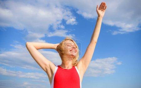 Photo pour Profitez de la vie sans odeur de sueur. Femme blonde relaxante en plein air confiante transpirante. Aisselle sèche but d'été. Prenez soin de l'aisselle de la peau. Fille heureux avec la lumière du soleil chaud semble détendu fond bleu ciel . - image libre de droit