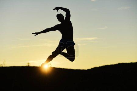 Sport- und Ausbildungskonzept. Silhouette des elegant springenden Athleten