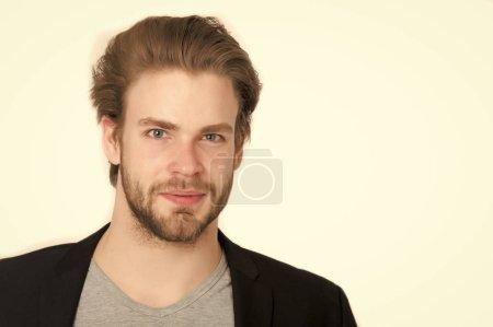Foto de Hombre con barba, barba larga, brutal caucásico, sin afeitar chico sonriente con cabello elegante chaqueta negro aislada sobre fondo blanco - Imagen libre de derechos