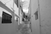 """Постер, картина, фотообои """"Улица с шагами в Миконосе, Греция. Белыми домами с архитектурой голубые деревянные ставни. Летний отдых на средиземноморском острове. Путешествия и путешествиям. Известные туристические места назначения"""""""