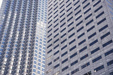Photo pour Panoramique et perspective vue grand angle à l'acier fond bleu de verre gratte-ciel immeuble de grande hauteur dans le centre-ville futuriste moderne la nuit Concept d'entreprise de l'architecture industrielle réussie - image libre de droit