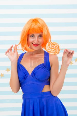 Photo pour Fille de la mode avec des cheveux orange avoir du plaisir. Fille folle d'humeur ludique. heureux modèle pin-up avec sucette. Doux regard. Bonne fête. Tant de plaisir. Je deviens fou. Cool fille avec sucette. Femme sexy. flirt . - image libre de droit