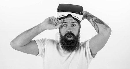 Photo pour Quels sont les avantages du casque de réalité virtuelle. Homme barbu hipster avec casque de réalité virtuelle sur fond blanc isolé. Comment les travaux de lunettes de réalité virtuelle. Sentiments sensationnels d'utilisation casque Vr. - image libre de droit