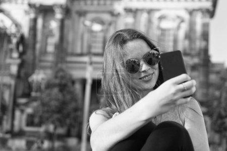 Photo pour Fille faire selfie photo sur smartphone en Allemagne près de la cathédrale de berlin. fille de la vie moderne avec le smartphone. place de cathédrale destination Berlin pour touristes. J'aime selfie. capturer des moments lumineux - image libre de droit