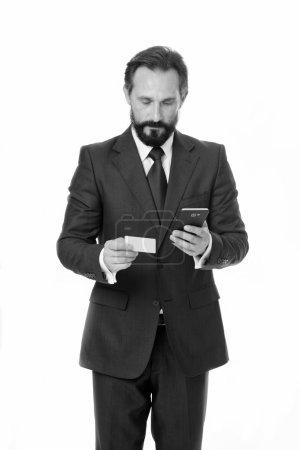 Photo pour Paiement en ligne est facile. Homme tenir smartphone et utiliser la carte de crédit pour les achats en ligne. Directeur commercial do paiement mobile. Je suis un homme d'affaires, rien de plus. - image libre de droit